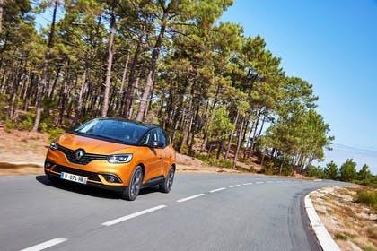 Renault Scenic RFA Aussenansicht Front schräg dynamisch orange