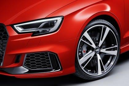 Audi RS3 Aussenansicht Detail Front und Felge statisch rot