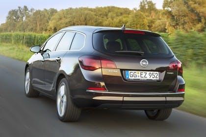 Opel Astra J Sports Tourer Aussenansicht Heck dynamisch braun