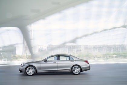 Mercedes-Benz S 400 Hybrid W222 Aussenansicht Seite schräg dynamisch grau