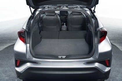 Toyota C-HR Innenansicht statisch Studio Kofferraum Rücksitze umgeklappt