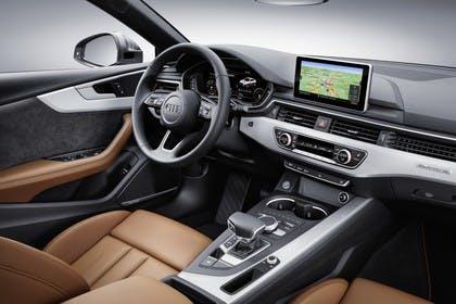 Audi A5 Sportback F5 Innenansicht statisch Studio Vordersitze und Armaturenbrett beifahrerseitig