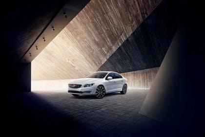 Volvo S60 F Aussenansicht Front schräg statisch weiss