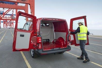 VW T6 Transporter Kastenwagen Plus Aussenansicht Heck schräg statisch rot Flügeltüren geöffnet
