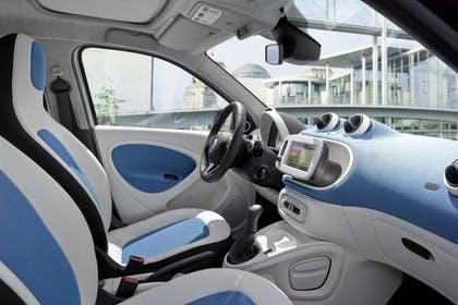 Smart Forfour 453 Innenansicht statisch Vordersitze und Armaturenbrett beifahrerseitig