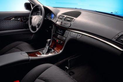 Mercedes Benz E-Klasse T-Modell (S211) Innenansicht Beifahrerposition statisch schwarz