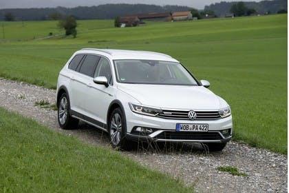 VW Passat B8 Alltrack Aussenansicht Front schräg statisch weiss