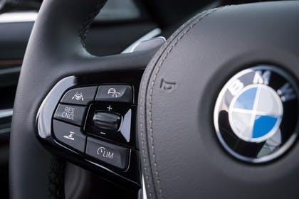 BMW 5er G30 Innenansicht Detail Lenkradbedienung statisch schwarz