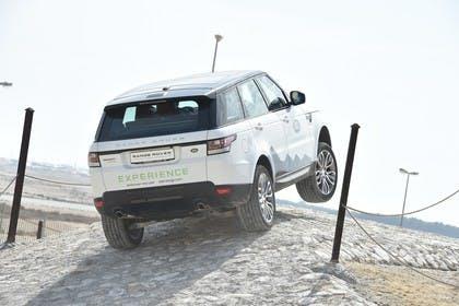 Land Rover Range Rover Sport LW Aussenansicht Heck schräg dynamisch weiß