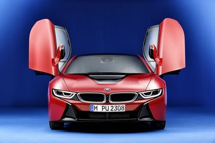 BMW i8 Aussenansicht Front Türen offen Studio statisch rot