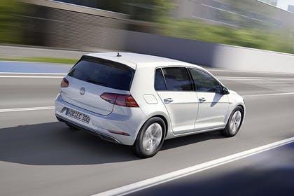VW Golf 7 e-Golf Aussenansicht Heck schräg dynamisch weiss