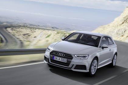 Audi A3 8V Dreitürer Facelift Aussenansicht Front schräg dynamisch silber