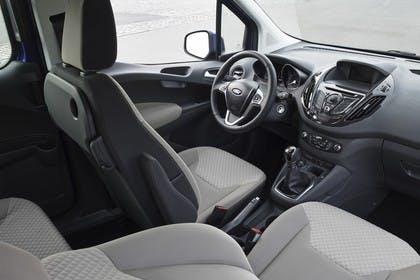 Ford Tourneo Courier JU2 Innenansicht Vordersitze und Armaturenbrett beifahrerseitig