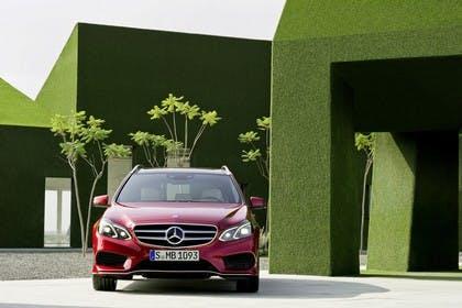 Mercedes E-Klasse T-Modell S212 Aussenansicht Front statisch rot