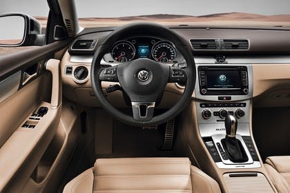 VW Passat Variant B7 Innenansicht statisch Vordersitze und Armaturenbrett fahrerseitig