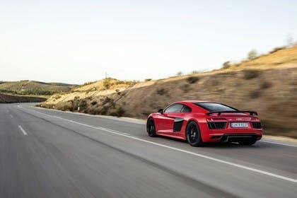 Audi R8 Coupe Aussenansicht Heck schräg dynamisch rot