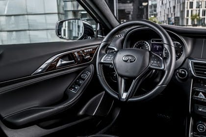 Infiniti QX30 Innenansicht statisch Fahrersitz und Armaturenbrett fahrerseitig