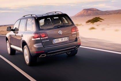 VW Touareg 7L Facelift Aussenansicht Heck schräg dynamisch grau