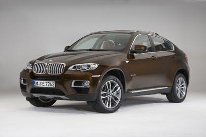 BMW X6 E71 LCI Aussenansicht Front schräg statisch Studio braun