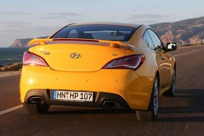 Hyundai Genesis Coupé Aussenansicht Heck dynamisch gelb