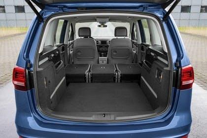 VW Sharan Aussenansicht Heck Kofferraum geöffnet Rückbank umgeklappt statisch blau