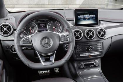 Mercedes B-Klasse W246 Innenansicht Fahrerposition statisch schwarz