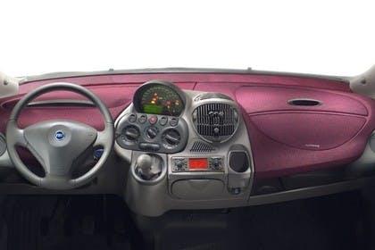 Fiat Multipla 186 Innenansicht statisch Studio Lenkrad und Armaturenbrett