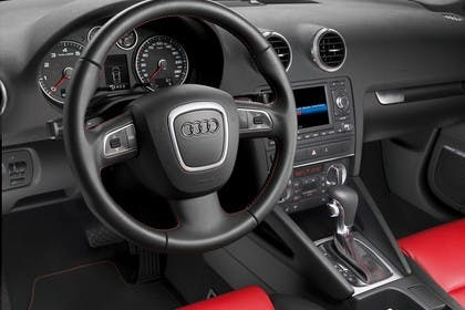 Audi A3 Sportback 8PA Innenansicht Fahrerposition statisch rot schwarz