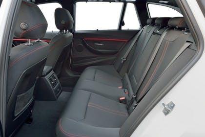 BMW 3er Touring F31 Innenansicht Rücksitzbank statisch schwarz rote Nähte