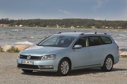 VW Passat Variant BlueMotion B7 Aussenansicht Front schräg statisch blau