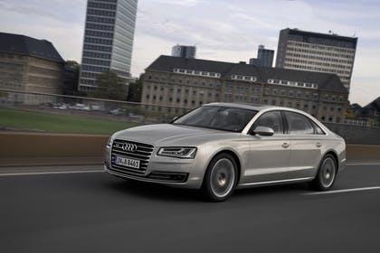 Audi A8 D4 Aussenansicht Front schräg dynamisch silber
