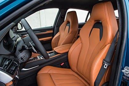 BMW X6 M F16 Innenansicht Vordersitze statisch hellbraun