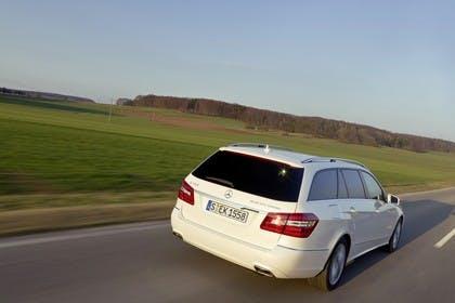 Mercedes E-Klasse T-Modell S212 Aussenansicht Heck schräg dynamisch weiß
