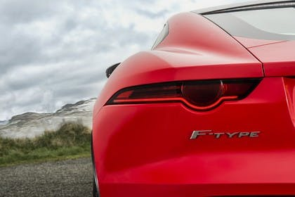 Jaguar F-Type Coupé QQ6 Aussenansicht Heck statisch Detail Rückleuchte links F-Type Schriftzug