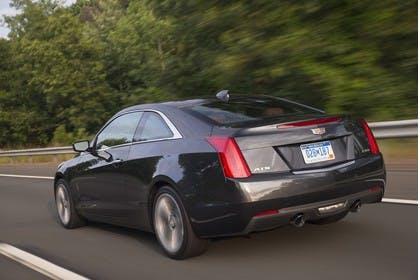 Cadillac ATS Coupé Aussenansicht Heck schräg dynamisch grau