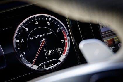 Mercedes-Benz S-Klasse W222 Innenaischt statisch Studio Detail Tacho