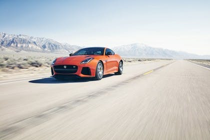 Jaguar F-Type SVR Coupé QQ6 Aussenansicht Front schräg dynamisch orange