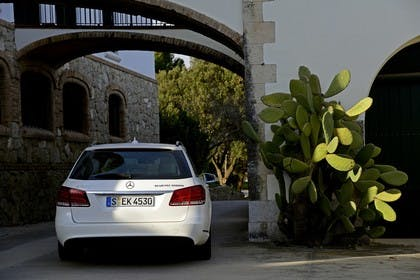 Mercedes E-Klasse T-Modell S212 Aussenansicht Heck statisch rot