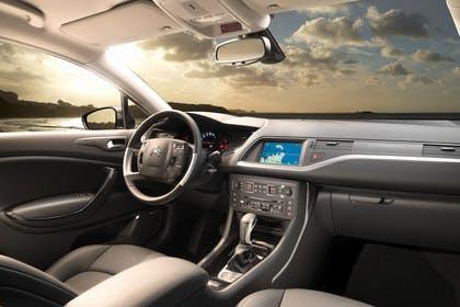 Citroën C5 R Innenansicht statisch Vordersitze und Armaturenbrett beifahrerseitig