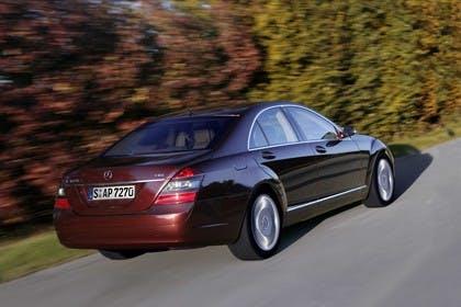 Mercedes-Benz S-Klasse W221 Aussenansicht Heck schräg dynamisch violett