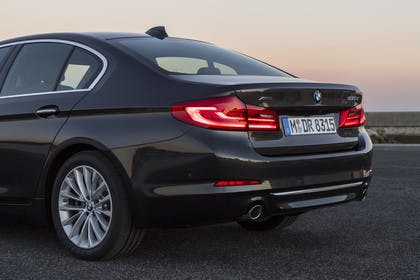 BMW 5er G30 Aussenansicht Detail Heck schräg statisch grau
