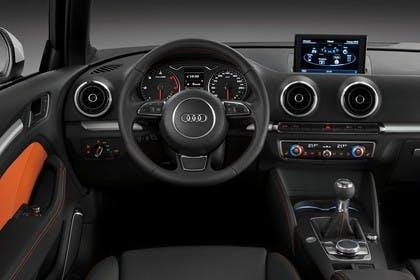 Audi A3 Sportback 8VA Innenansicht Fahrerposition 6Gang leder schwarz/orange