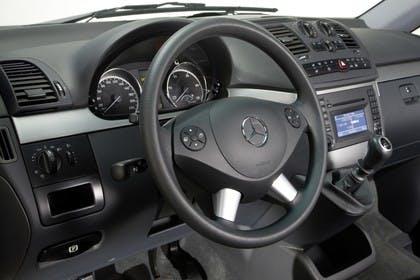 Mercedes-Benz Viano 639 Innenansicht statisch Studio Lenkrad und Armaturenbrett fahrerseitig