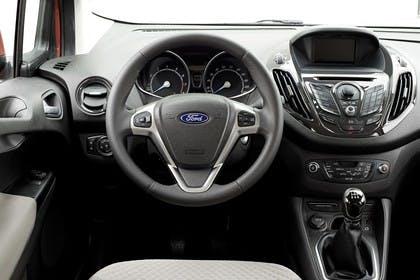 Ford Tourneo Courier JU2 Innenansicht Vordersitze und Armaturenbrett fahrerseitig
