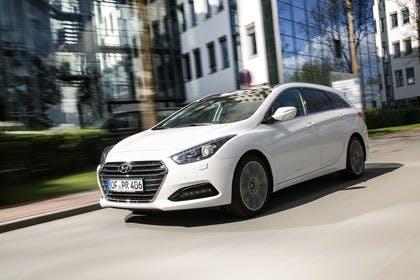 Hyundai i40 Kombi YF Aussenansicht Front schräg dynamisch weiß
