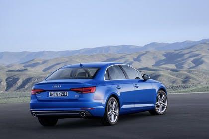 Audi A4 Limousine B9 Aussenansicht Heck schräg statisch blau