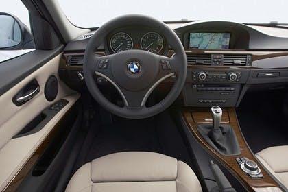 BMW 3er Touring E91 LCI Innenansicht statisch Vordersitze und Armaturenbrett fahrerseitig