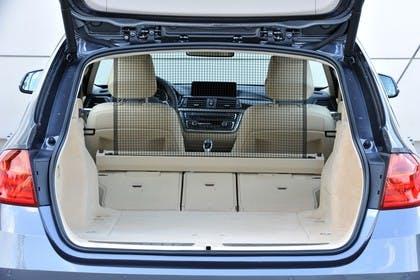BMW 3er Touring F31 Aussenansicht Heck Kofferraum geöffnet Rückbank umgeklappt statisch beige
