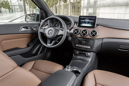 Mercedes B-Klasse W246 Innenansicht zentral statisch schwarz braun