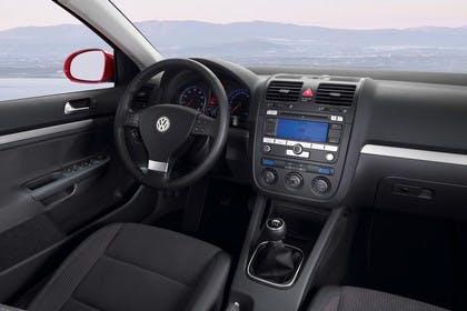 VW Golf 5 Fünftürer Innenansicht statisch Vordersitze und Armaturenbrett beifahrerseitig